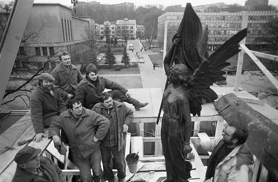 romualdas_pozerskis_1989-02-10-restoration_of_freedom_monument