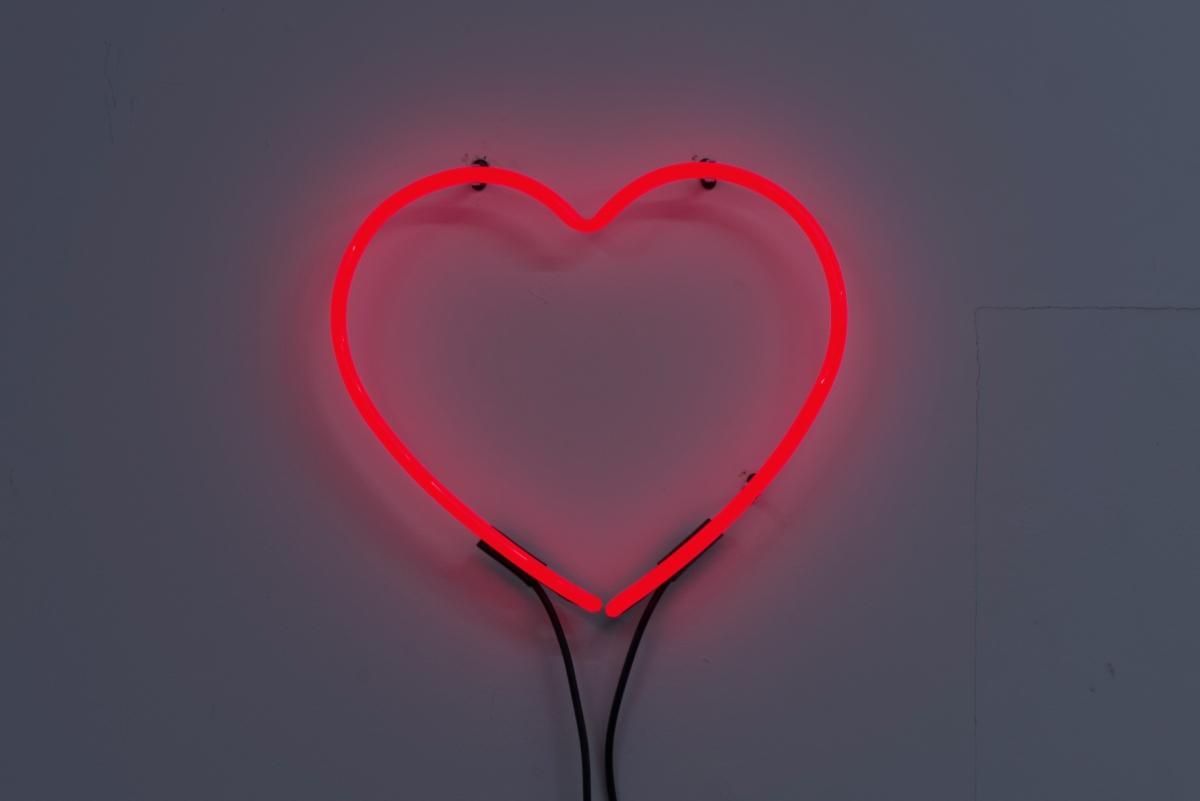 Dorota Gawęda and Eglė Kulbokaitė, Alcove, 2017, ruby red neon heart, cable. Photo: Arnas Anskaitis