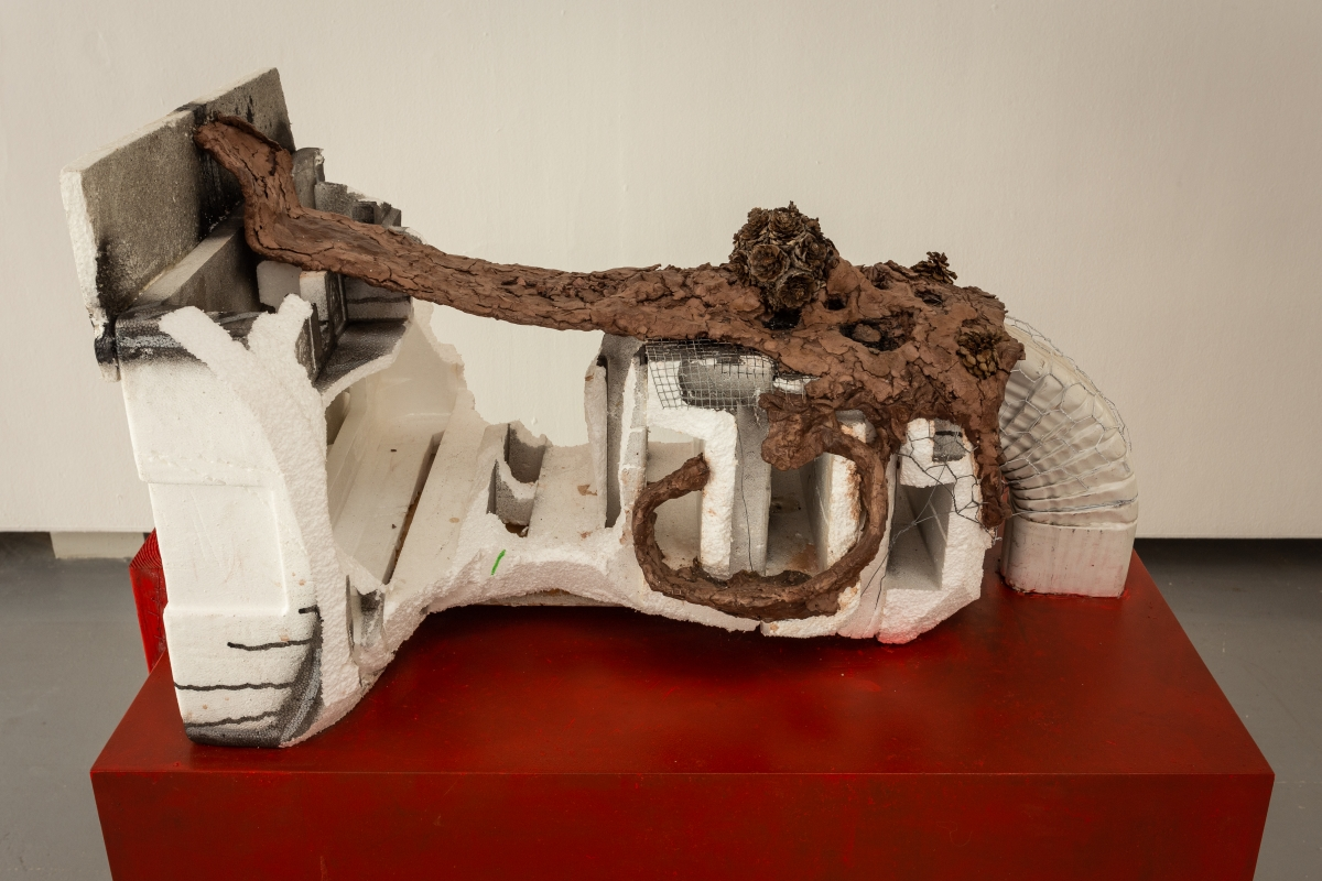 HUMA BHABHA Host, 2015 Styrofoam, clay, wood, wire, acrylic, paint, aluminium, pine cones 124.6 x 52.4 x 91.8 cm Courtesy the artist and CLEARING Gallery, Brussles/New York, HUMA BHABHA Untitled, 2010 Cork, wood, acrylic paint 172.7 x 45.7 x 30.5 cm Courtesy the artist and Salon 94, New York