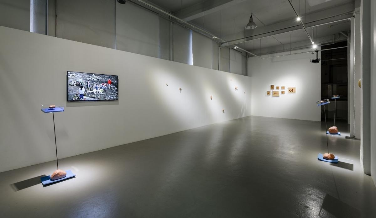 Flo_Kasearu_Holes_installation_view_01